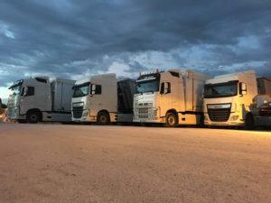 4 camions côte à côte